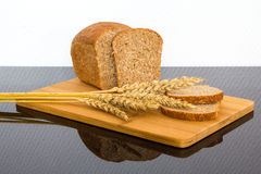 Pão fresco na placa de madeira Imagem de Stock