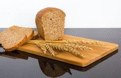 Pão fresco na placa de madeira Fotografia de Stock Royalty Free
