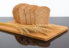Pão fresco na placa de madeira Foto de Stock