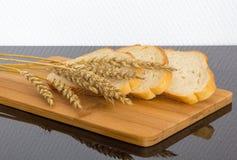 Pão fresco na placa de madeira Fotos de Stock