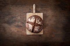 Pão fresco na placa de madeira escura, vista superior crisp Naco caseiro fotografia de stock