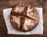 Pão fresco na placa de madeira escura, vista superior crisp Naco caseiro imagens de stock