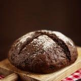 Pão fresco no fundo de madeira escuro com cpyspace crisp Homem fotos de stock