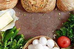 Pão fresco para o almoço do trigo inteiro com ovos da exploração agrícola, as ervas frescas e os vegetais crisp Francês produzido imagens de stock