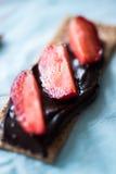 Pão friável com ganache escuro do chocolate Imagens de Stock Royalty Free