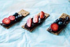 Pão friável com ganache escuro do chocolate Fotos de Stock