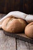 Pão integral do Wholemeal no fundo de madeira Fim acima Fotografia de Stock Royalty Free