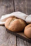 Pão integral do Wholemeal no fundo de madeira Fim acima Foto de Stock Royalty Free
