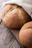 Pão integral do Wholemeal no fundo de madeira Fim acima Fotografia de Stock