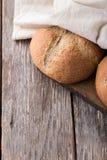 Pão integral do Wholemeal no fundo de madeira Fim acima Imagem de Stock Royalty Free
