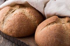 Pão integral do Wholemeal no fundo de madeira Fim acima Fotos de Stock