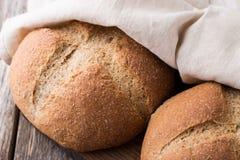 Pão integral do Wholemeal no fundo de madeira Fim acima Foto de Stock