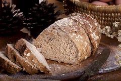 Pão integral inteiro cortado Fotos de Stock