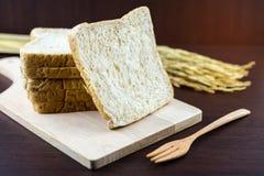 Pão integral inteiro cortado em desbastar a madeira Fotos de Stock Royalty Free