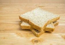 Pão integral inteiro de três fatias empilhado na tabela Imagem de Stock Royalty Free