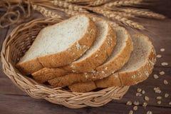 Pão integral inteiro na cesta de vime fotografia de stock