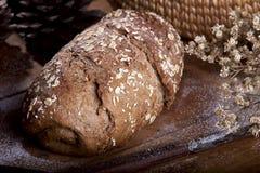 Pão integral inteiro na mesa de cozinha Imagens de Stock