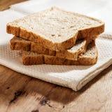 Pão integral inteiro na mesa de cozinha Imagem de Stock