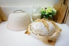 Pão inteiro caseiro recentemente cozido da grão do trigo Imagens de Stock
