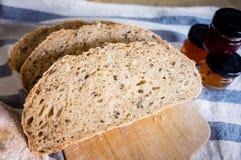 Pão inteiro caseiro recentemente cozido da grão do trigo Foto de Stock