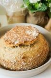 Pão inteiro caseiro recentemente cozido da grão do trigo Fotos de Stock