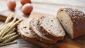 Pão inteiro cortado da grão com sementes filme