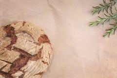Pão inteiro da grão do centeio redondo imagens de stock
