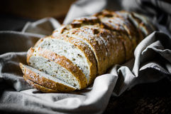 Pão inteiro da grão no fundo rústico Imagens de Stock