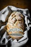 Pão inteiro da grão no fundo rústico Foto de Stock Royalty Free