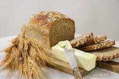 Pão inteiro saudável da grão com manteiga Fotografia de Stock Royalty Free