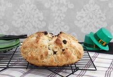 Pão irlandês fresco da soda em uma cremalheira refrigerando Fotos de Stock Royalty Free