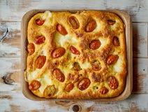 Pão italiano típico do focaccia em um prato metálico do forno fotografia de stock royalty free