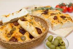 Pão italiano tradicional recentemente cozido do focaccia com azeitonas verdes e os tomates sol-secados fotos de stock