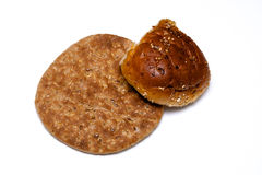 Pão liso da multi grão com rolo no branco Imagens de Stock Royalty Free