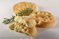 Pão liso de Focaccia com _3 dos alecrins Fotos de Stock