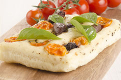 Pão liso mediterrâneo na placa de madeira Fotografia de Stock