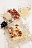 Pão liso mediterrâneo no papel marrom Foto de Stock Royalty Free