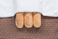 pão macio com a semente de sésamo na roupa marrom Imagem de Stock