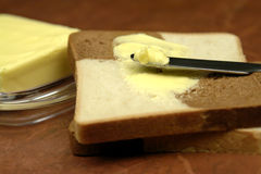 Pão, manteiga e faca Imagens de Stock Royalty Free
