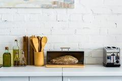 pão na cesta do pão e no torradeira imagens de stock royalty free