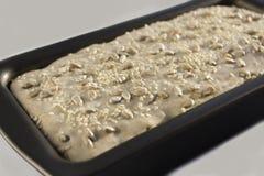 Pão na forma antes de cozer a massa de pão Foto de Stock