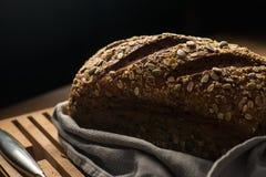 Pão na placa de corte imagens de stock