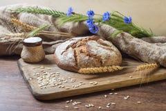 Pão na tabela de madeira Fotos de Stock Royalty Free