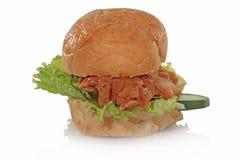 Pão nos dois pares que estão levando um para baixo o meio e nenhum pepino amidoado da galinha dos vegetais Fotos de Stock Royalty Free