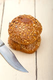 Pão orgânico sobre a tabela rústica Imagem de Stock
