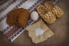 Pão, ovo e sal de Rye na lona Imagens de Stock Royalty Free