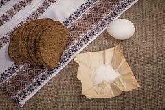 Pão, ovo e sal de Rye na lona Imagens de Stock