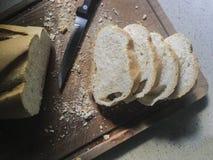 Pão Pão espanhol fresco cortado na placa de madeira rústica com Br Imagens de Stock Royalty Free