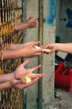 Pão para as mãos com fome fotos de stock royalty free