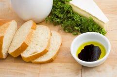 Pão, petróleo e vinagre, e queijo do brie Foto de Stock